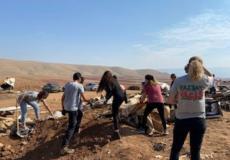 متطوعون يعيدون بناء خربة حمصة الفوقا