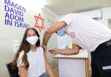 اسرائيلية تتلقى تطعيم كورونا