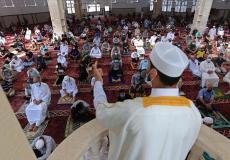 صلاة الجمعة في أحد مساجد غزة - ارشيف