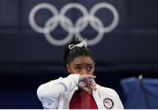 لاعبة الجمباز الأمريكية سيمون بيلز أثناء مشاركتها في بدايا أولمبياد طوكيو 2020