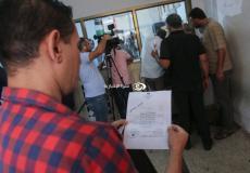 """توافد مواطني غزة لاستلام موافقات """"لم الشمل"""" في مقر الشؤون المدنية"""