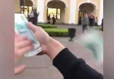 طفل روسي يلقي المال  من شباك سيارته