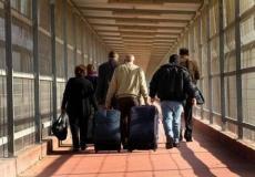 مسافرون فلسطينيون عبر معبر بيت حانون
