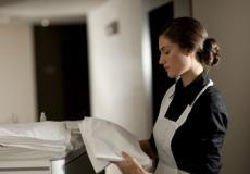 فنادق أمريكية تحارب التحرش بالعاملات بزر الذعر
