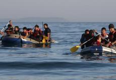 مهاجرون يستقلون قوارب مطاطية في عرض البحر - أرشيفية