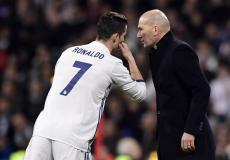 النجم البرتغالي كريستيانو رونالدو ومدرب ريال مدريد السابق زين الدين زيدان