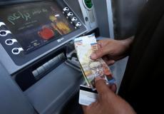 موظفو السلطة يستلمون رواتبهم في غزة