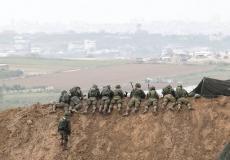 جنود جيش الاحتلال على حدود غزة يراقبون المتظاهرين