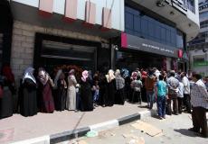 مواطنون ينتظرون صرف شيكات الشؤون في غزة