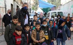 المفوض العام للأونروا فيليب لازاريني (إلى اليسار) يلتقي طلبة من لاجئي فلسطين خارج مدرسة ذكور الأونروا في مخيم بلاطة للاجئين الفلسطينيين في نابلس