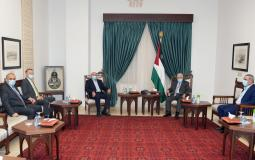 الرئيس محمود عباس خلال استقباله رجل الأعمال صبيح المصري