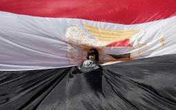 طفلة فلسطينية تتوسط العلم المصري - أرشيف