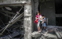 طفلة فلسطينية تُلملم أغراضها بعد قصف منزلها في غزة