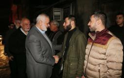 هنية يزور ثلاثة شبان من غزة أفرجت عنهم مصر أمس