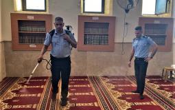 الشرطة تواصل حملة تعقيم المساجد والكنائس في الضفة