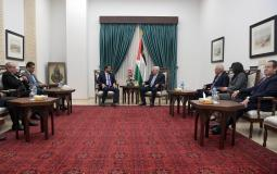 الرئيس محمود عباس خلال استقباله وزير الصناعة والتجارة والتموين الاردني طارق الحموري