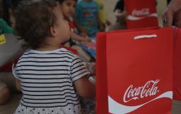 """""""المشروبات الوطنية"""" و """"راية"""" توزعان الهدايا على الأطفال بالضفة"""