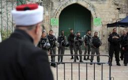 شرطة الاحتلال تمنع المصلين من أداء الصلاة في الأقصى - أرشيفية