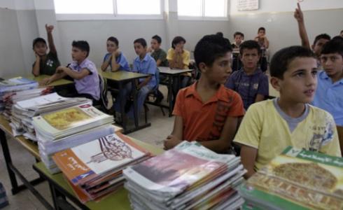طلاب أثناء توزيع الكتب في مدرسة بغزة -توضيحية-