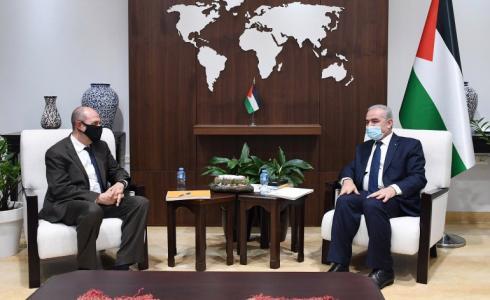 هادي عمرو خلال اجتماعه مع محمد اشتية رئيس الوزراء الفلسطيني في رام الله