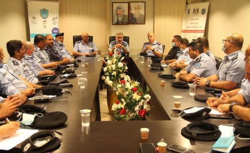 اللواء يوسف الحلو مدير عام الشرطة الفلسطينية خلال الاجتماع