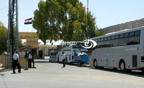 حافلات تنتظر أمام بوابة معبر رفح البري