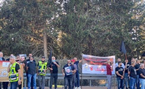 متظاهرون يغلقون الشوارع أمام مركز شرطة مسجاف
