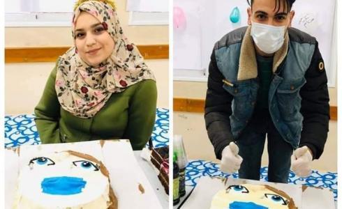 الشاب حمود خلال الاحتفال بعيد ميلاد زوجته من داخل الحجر الصحي
