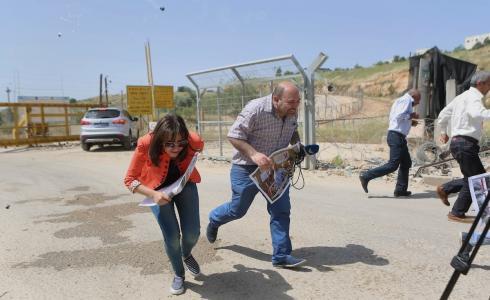 الاحتلال يستهدف صحفيين فلسطينيين بقنابل الغاز