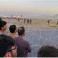 """صورة لمواطنين أفغان ينتظرون دورهم في الصعود الى الطائرة مع وجود القوات الأمريكية لحراسة مطار كابول """"AFP"""""""