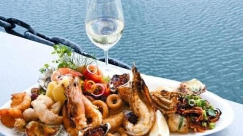 تناول مطرب الراب الأسترالي كمية كبيرة من الماكولات البحرية قبل الفرار تهربا من سداد الفاتورة
