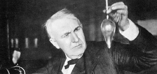 توماس أديسون أثناء محاولاته لاختراع المصباح الكهرباي في معمله.jpg