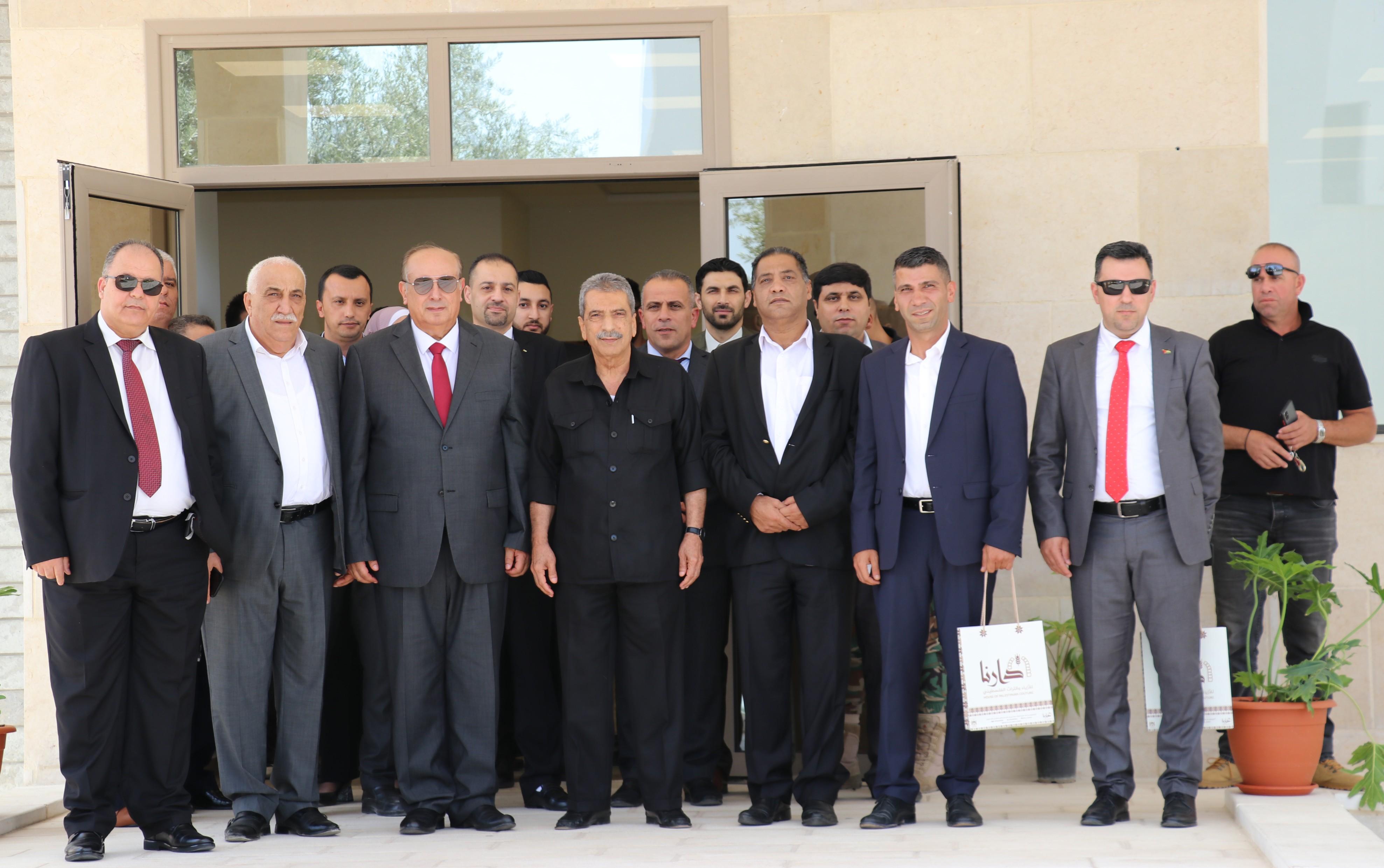 أبو مويس والطيراوي يفتتحان كلية صائب عريقات للدراسات العليا والبحث العلمي في جامعة الاستقلال بأريحا (1).JPG