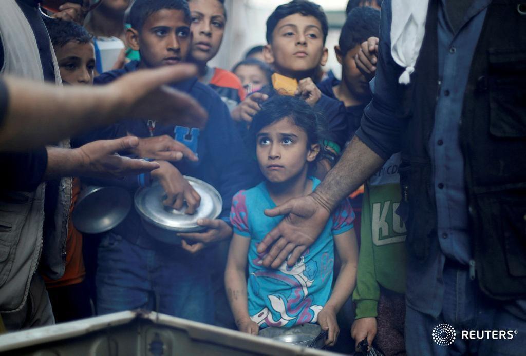 """شاهد الصور: فلسطينيون يجتمعون للحصول على """"الشوربة"""" مجانًا ..."""